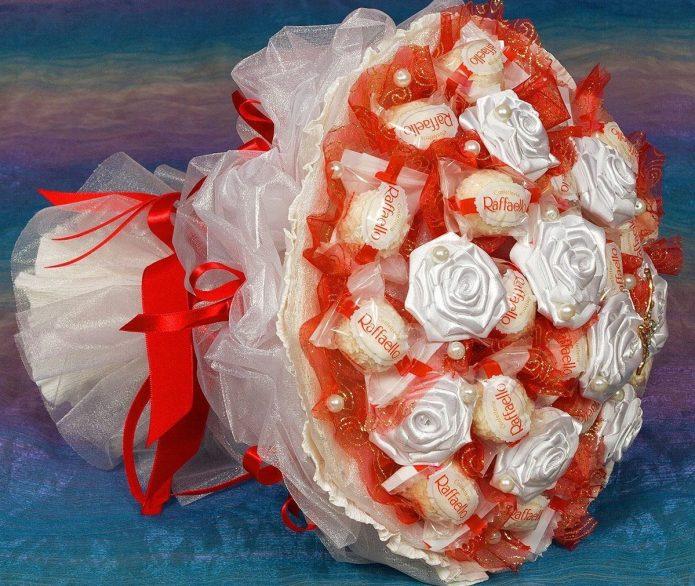 Очень нежный букет из конфет и атласных цветочков