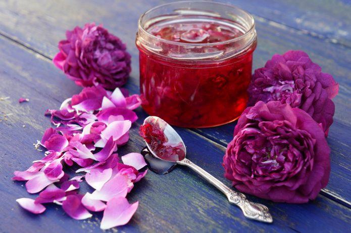 Лепестки роз можно употреблять в пищу в виде варенья