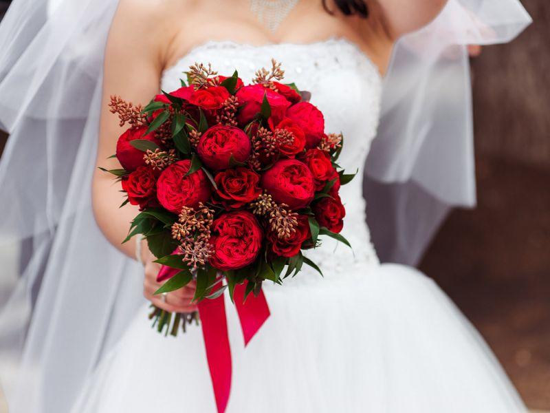 Букет невесты в красных тонах: для страстных и нежных натур