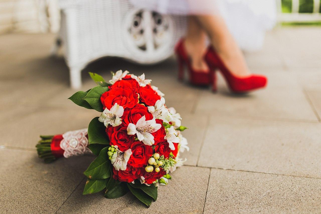 Магазин, свадебный букет в бело красном цвете