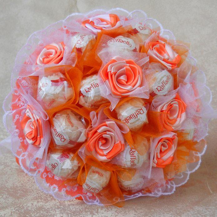 Конфеты «Раффаэлло» и самодельные цветы в одном букете