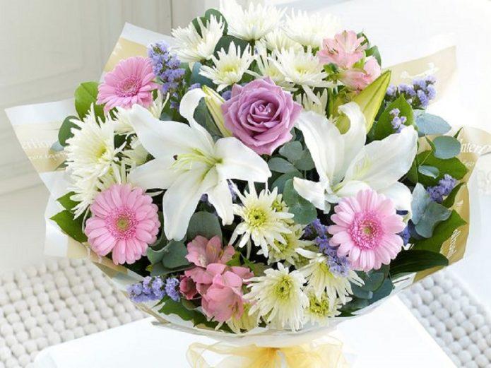 Разные цветы в букете