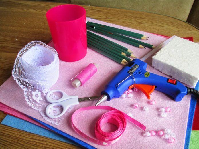 Материалы и инструменты для создания букета из лилий