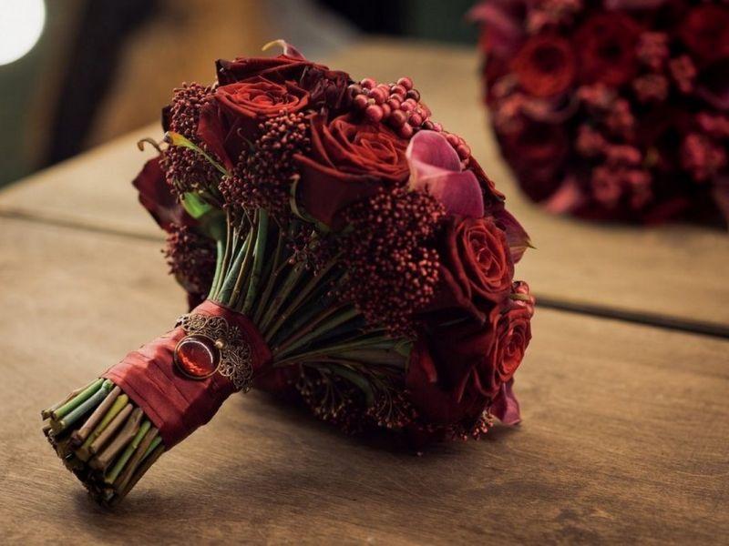 Букет невесты в бордовых тонах: выбор подходящих цветов и оформление