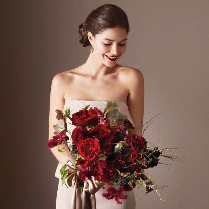 Невеста с бордовым букетом