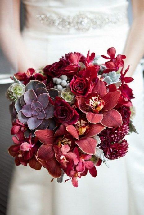 Свадебный букет с бордовыми розами и орхидеями
