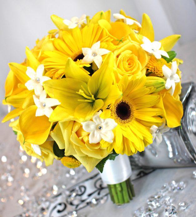 Букет из различных жёлтых цветов