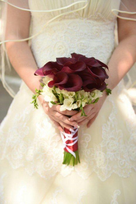 Букет невесты с бордовыми каллами