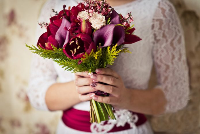 Бордовый букет в сочетании с белым платьем