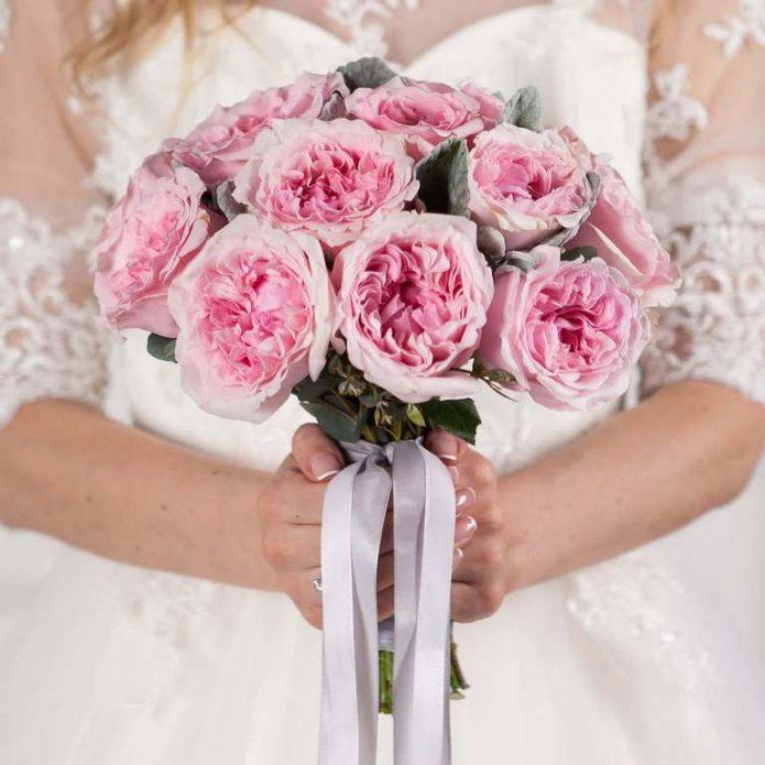 Свадебный букет из розовых пионовидных роз
