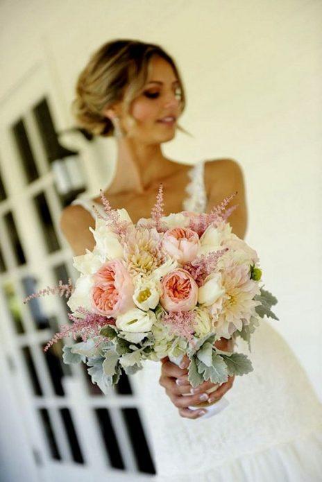 Невеста с букетом из пионовидных роз