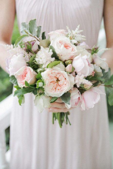 Невеста с небольшим букетом