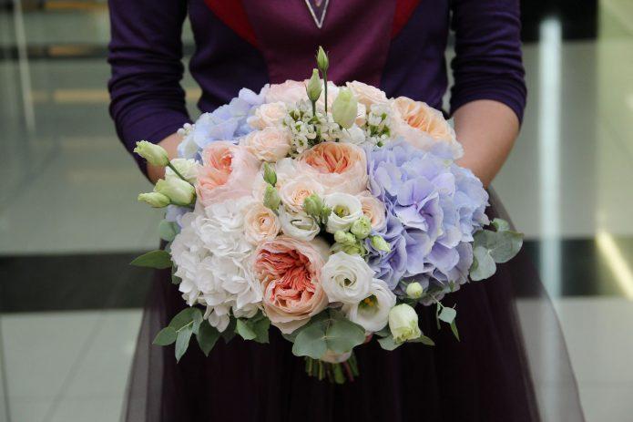 Свадебный букет из пионовидных роз и гортензий