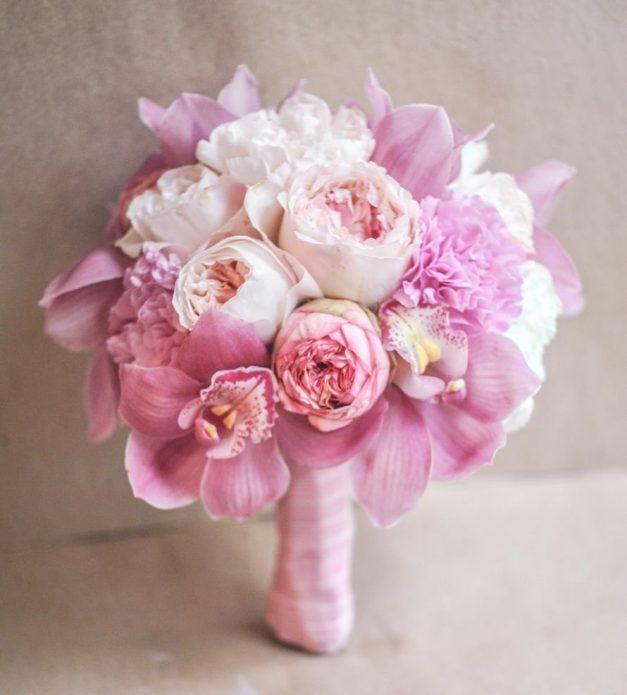 Свадебный букет из пионовидных роз и орхидей