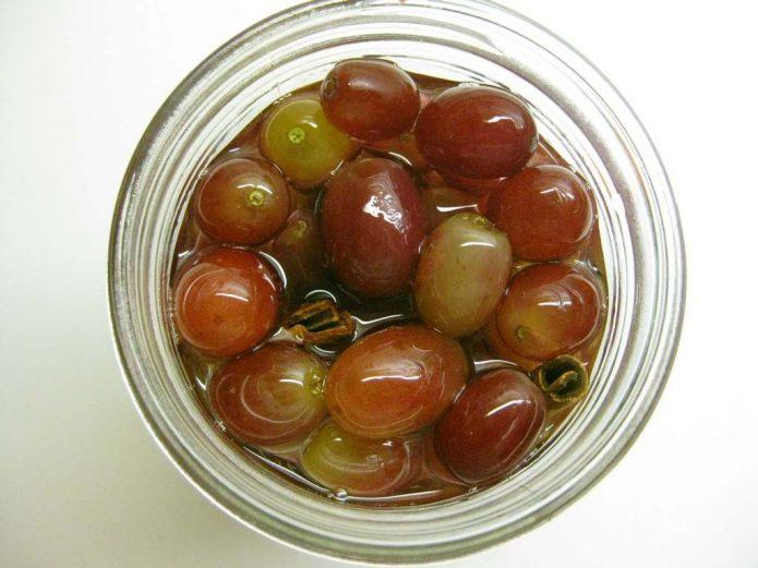 Консервированные ягоды винограда