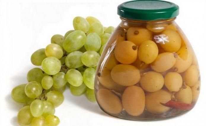 Гроздь винограда и ягоды в банке