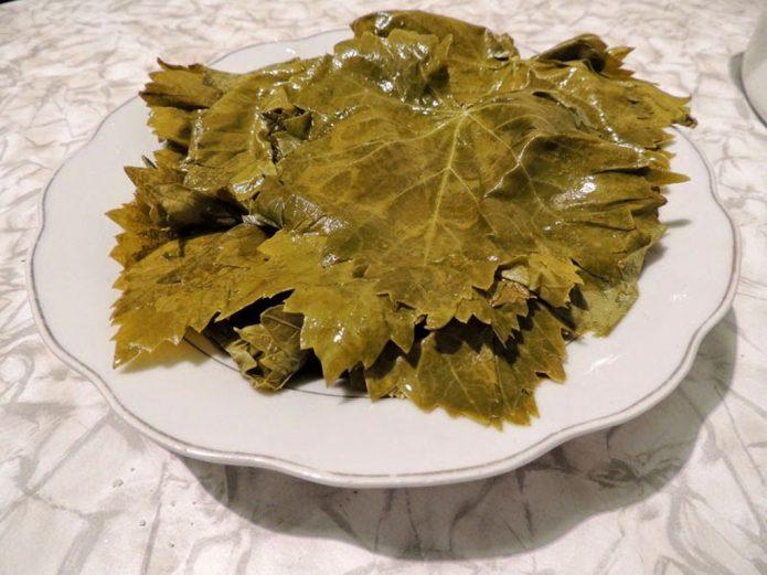 Листья винограда на тарелке