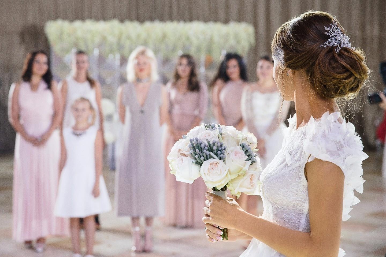 невеста бросает букет фото бесплатно