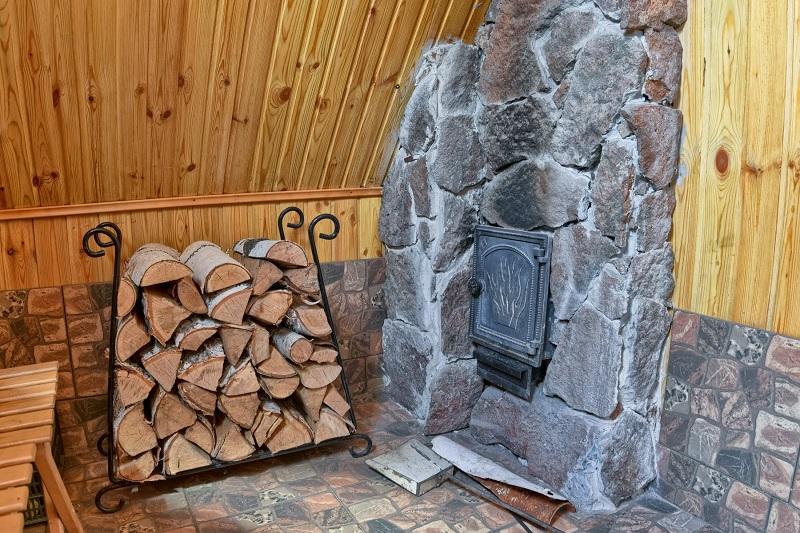 4 основных правила хранения дров, чтобы затопить ими баню можно было и зимой