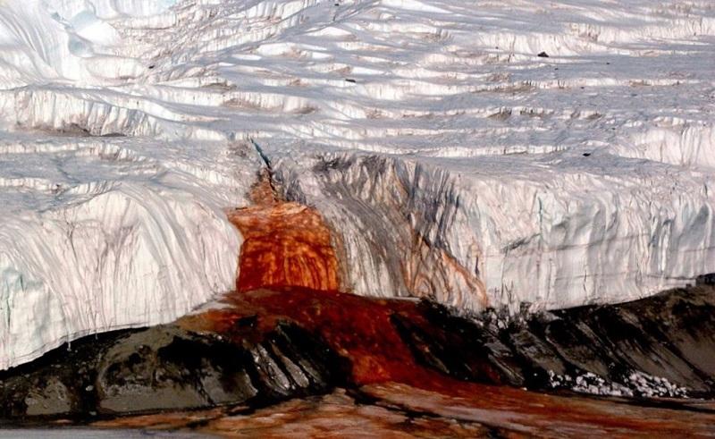 Кровавый водопад в Антарктиде