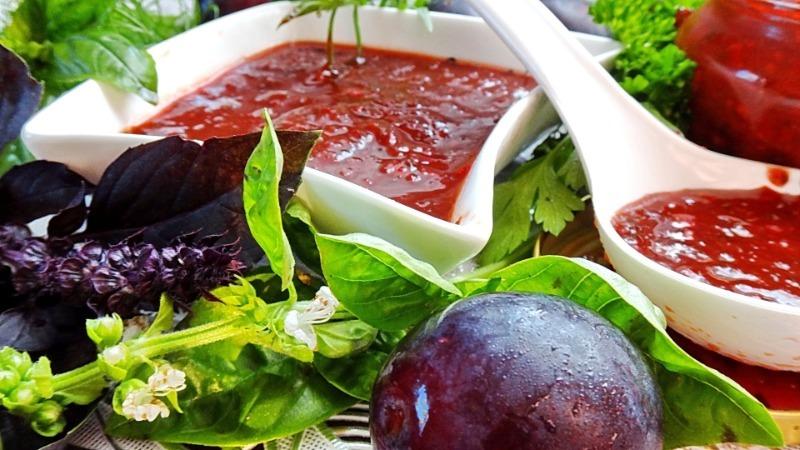Острое ткемали, пряное чатни и еще 3 рецепта сливового соуса на зиму