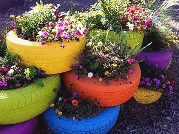 Многоуровневая клумба из разноцветных шин станет яркой деталью ландшафтного дизайна