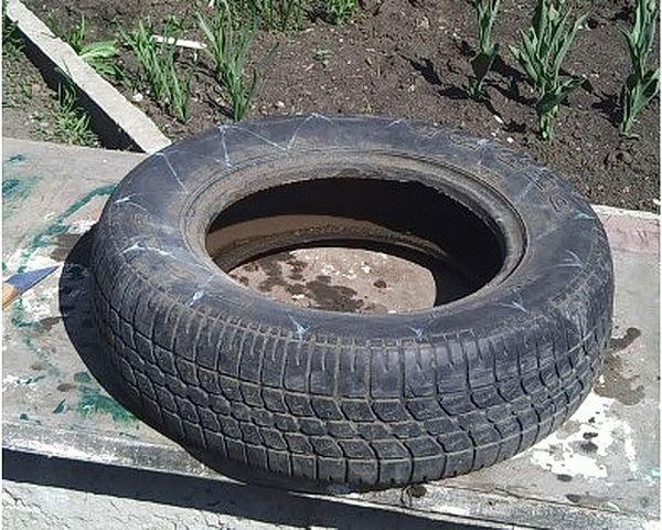 На боковой части шины размечаем лепестки будущей клумбы